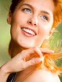 Junge lächelnde Frau draußen lizenzfreies stockfoto