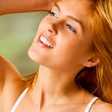 Junge lächelnde Frau draußen lizenzfreie stockfotos