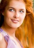Junge lächelnde Frau draußen lizenzfreie stockfotografie