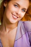 Junge lächelnde Frau draußen lizenzfreie stockbilder