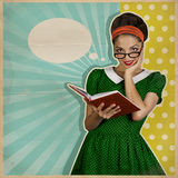 Junge lächelnde Frau mit Buch Retro- Hintergrund Stockbilder