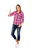 Junge lächelnde Frau mit dem Daumen oben Stockfotos