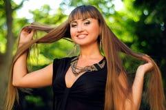 Junge lächelnde Frau mit dem schönen langen Haar Lizenzfreie Stockbilder