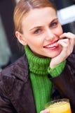 Junge lächelnde Frau mit der Hand unter Kinn Stockbilder