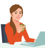 Junge lächelnde Frau mit einem Laptop an einem Schreibtisch, der eine Kaffeetasse hält lizenzfreie abbildung