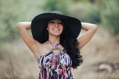 Junge lächelnde Frau mit Hut Stockfotos