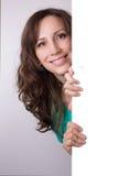 Junge lächelnde Frau mit leerem Vorstand Stockfoto