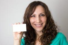 Junge lächelnde Frau mit leerer Karte Stockbild