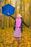 Junge lächelnde Frau mit Regenschirm Stockbild