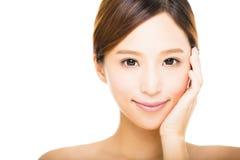 Junge lächelnde Frau mit sauberem Gesicht stockfotografie