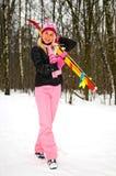 Junge lächelnde Frau mit Ski Stockfotos