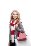 Junge lächelnde Frauenholding-Einkaufenbeutel Lizenzfreie Stockfotografie