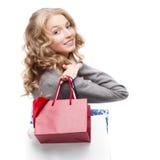 Junge lächelnde Frauenholding-Einkaufenbeutel Lizenzfreies Stockfoto