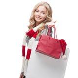 Junge lächelnde Frauenholding-Einkaufenbeutel Lizenzfreies Stockbild