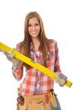 Junge lächelnde Frauenholding-Spiritusstufe Lizenzfreie Stockfotos