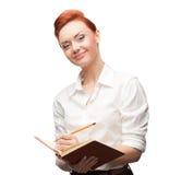 Junge lächelnde Geschäftsfrau, die Tagebuch hält Stockfotos