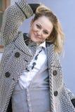 Junge-lächelnde glückliche kaukasische blonde Frau, die draußen in der Stadt während der Frühlings-Zeit aufwirft Lizenzfreies Stockbild