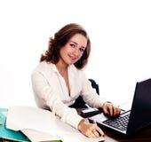 Junge lächelnde Kursteilnehmerfrau. lizenzfreie stockfotos