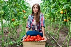 Junge lächelnde LandwirtschaftsArbeitnehmerin Stockbild