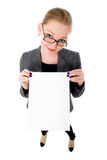 Junge lächelnde leere Karte der Frauenshow. Lizenzfreies Stockfoto