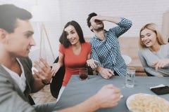 Junge lächelnde Leute haben Spaß auf Partei zu Hause lizenzfreie stockbilder