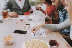 Junge lächelnde Leute haben Spaß auf Partei zu Hause stockfotografie