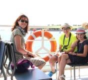 Junge lächelnde Mama mit zwei Kindern auf einem venetianischen Boot Stockbilder