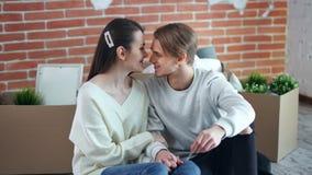 Junge lächelnde Paare, die Kauf genießen und auf die neue Wohnung eigenhändig hält mittleren Schuss der Schlüssel sich bewegen stock footage