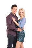 Junge lächelnde Paare in einer Umarmung Stockfotos