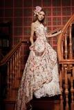 Junge lächelnde Schönheitsluxusfrau im Weinlesekleid in elegantem herein stockbild