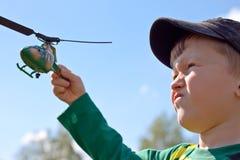 Junge lässt einen Hubschrauber laufen Lizenzfreies Stockfoto