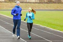 Junge Läufer, die morgens um das Stadion laufen lizenzfreies stockfoto