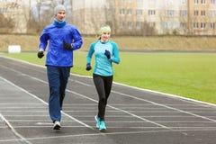 Junge Läufer, die morgens um das Stadion laufen stockbilder