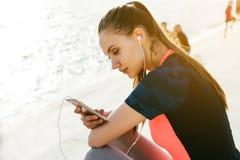 Junge Läuferfrau entspannen sich, ermüdeten, nachdem sie auf Straße, Fluss Co gerüttelt hat lizenzfreie stockfotos
