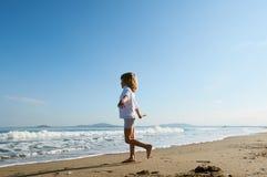 Junge läuft heraus, um Meer zu treffen stockfoto