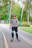 Junge läuft an Rollschuh Lizenzfreie Stockfotografie