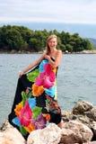 Junge lachende Frau in Pareo nahe Meer Stockfotografie