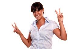 Junge lateinische Frau mit einer gewinnenden Fluglage Stockfotografie