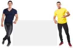 Junge lateinische Männer, die copyspace vermarktende Anzeigenanzeige zeigend leeres leeres Zeichen lokalisiert auf Weiß darstelle stockfoto