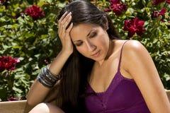 Junge Latino-Frau im Blumen-Garten Stockbild