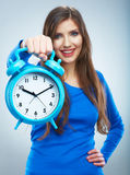 Junge lächelnde Frau in der blauen Griffuhr. Schönes lächelndes Mädchen Lizenzfreies Stockfoto