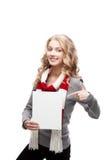 Junge lächelnde Frau, die auf Zeichen zeigt Stockfotografie