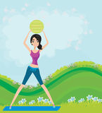 Junge lächelnde Frau macht Übung mit fitball Lizenzfreie Stockfotografie