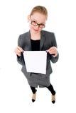 Junge lächelnde leere Karte der Frauenshow. Lizenzfreie Stockbilder