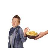 Junge lehnt Chips ab Lizenzfreies Stockfoto