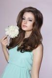 Junge leichte milde Frau mit Pfingstrosen-Blume Stockfotos