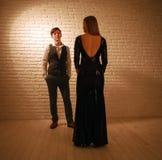 Junge leidenschaftliche tanzende Paare in der Liebe in der klassischen Art im Studioballsaal stockfotografie