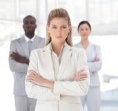 Junge leistungsfähige schauende Geschäftsfrau Lizenzfreies Stockbild