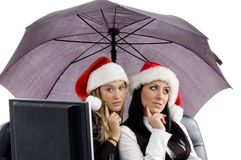 Junge Leitprogramme, die zusammen im Weihnachtshut aufwerfen stockfotos