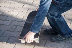 Junge lernt, ein Skateboard zu reiten Stockfotos